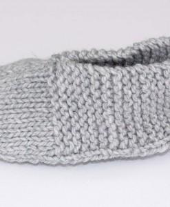 Pantoufles en acrylique grises pour femme (coté) | Fait main Artigina
