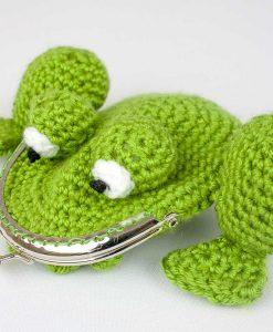porte-monnaie-grenouille-crochetee-angle-fait-main-artigina