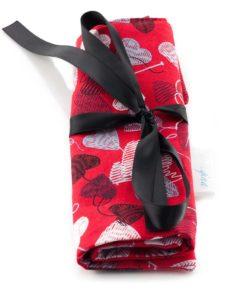 Étui à crochets - Coeurs de laine sur fond rouge - fait main Artigina