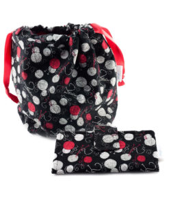 Ensemble sac à tricot, portefeuille et balles de laine sur fond noir - Artigina