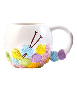 Tasse de tricot avec balles de laine